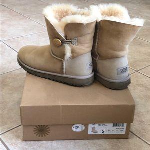 Ugg bailey button boots ( kids 5- women 7)